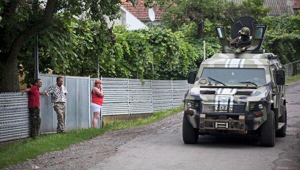 Украинские военные патрулируют деревню возле Мукачево. Архивное фото.
