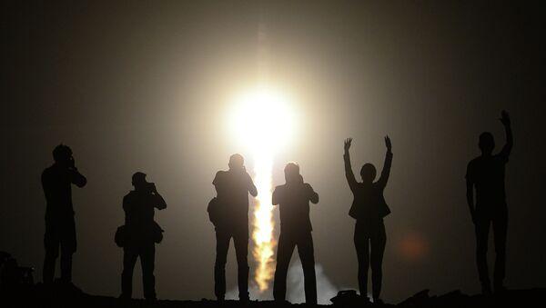 Люди наблюдают за запуском ракеты-носителя. Архивное фото