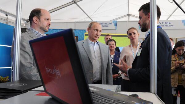 Президент России Владимир Путин знакомится с проектами в IТ-сфере во время посещения Всероссийского молодёжного образовательного форума Территория смыслов на Клязьме
