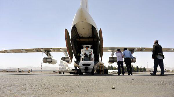 Разгрузка в аэропорту Саны гуманитарной помощи. Архивное фото