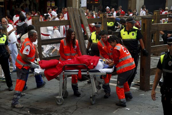 Работники скорой помощи во время фестиваля Сан-Фермин в Памплоне, Испания