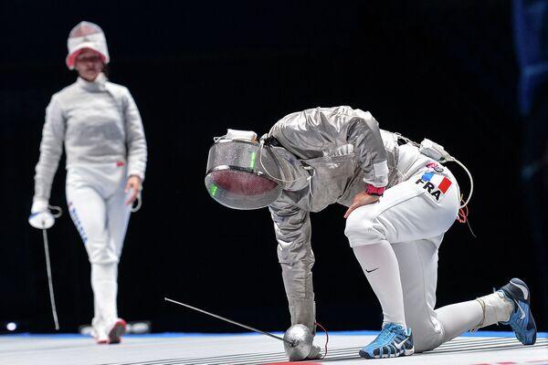 Софья Великая (Россия) и Сесилия Бердер (Франция) в финальном поединке на соревнованиях среди женщин по фехтованию на саблях на чемпионате мира в Москве