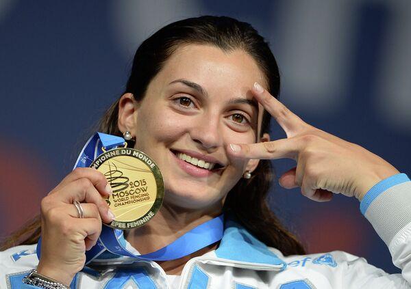 Росселла Фьяминго (Италия), завоевавшая золотую медаль на соревнованиях среди женщин по фехтованию на шпагах на чемпионате мира в Москве, во время церемонии награждения