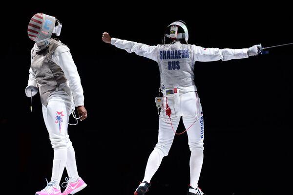 Нзинга Прескод (США) и Аида Шанаева (Россия) в полуфинальном поединке на соревнованиях среди женщин по фехтованию на рапирах на чемпионате мира в Москве