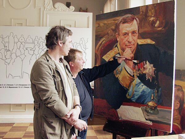 Российские художники Сергей Калинин и Фарид Багдалов работают над портретом Геннадия Селезнева