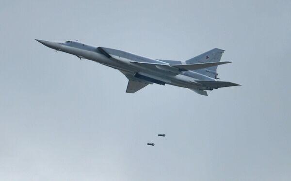 Самолет Ту-22М3 во время показательных выступлений на всероссийском этапе международного конкурса Авиадартс-2015 в Воронеже