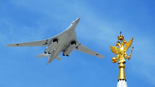 Cтратегический бомбардировщик-ракетоносец Ту-160 во время военного парада в ознаменование 70-летия Победы в Великой Отечественной войне 1941-1945 годов