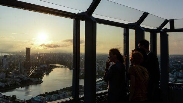 Посетители на смотровой площадке бизнес-центра Высоцкий в Екатеринбурге