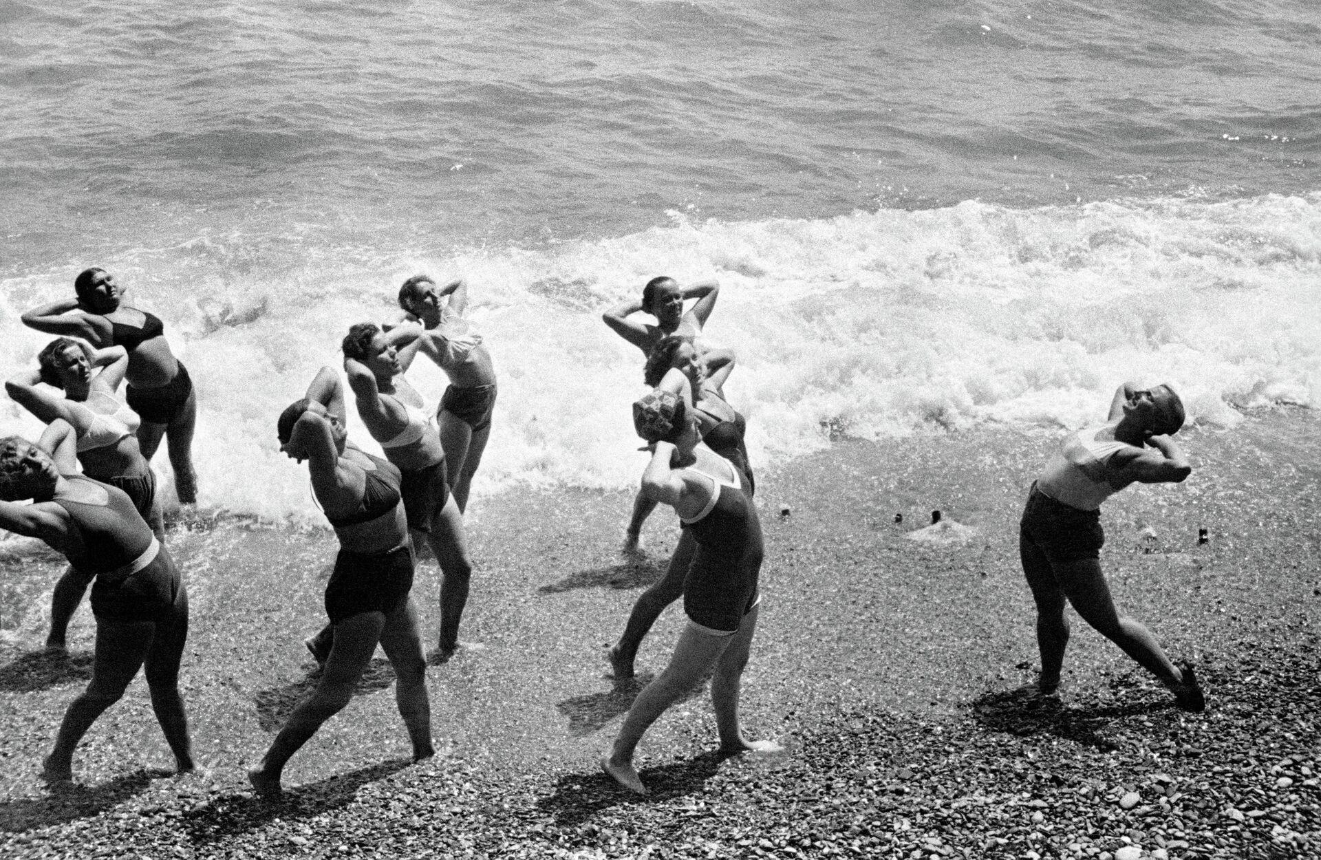 Утренняя зарядка на Черноморском побережье Крыма, 1954 год - РИА Новости, 1920, 10.09.2021