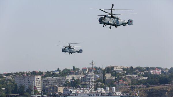 Вертолеты Ка-32 и средний разведывательный корабль Черноморского флота Приазовье