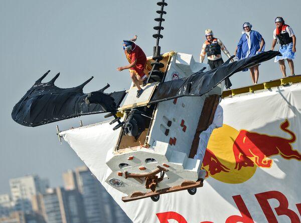 Участники фестиваля самодельных летательных аппаратов Red Bull Flugtag 2015