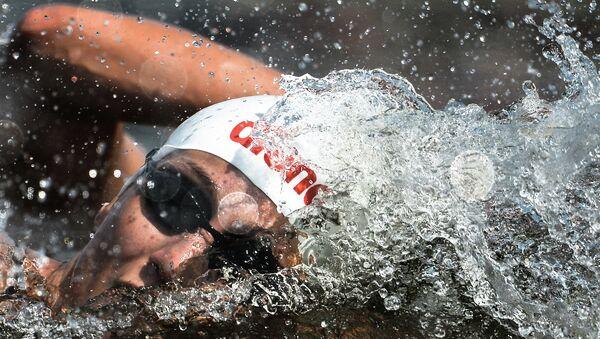 Анастасия Крапивина (Россия) на дистанции 10 км на открытой воде среди женщин на XVI чемпионате мира по водным видам спорта в Казани