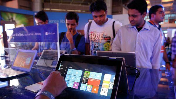 Пользователи тестируют Windows 10 в Нью-Дели, Архивное фото.