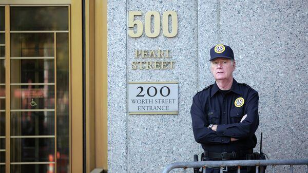 Охранник возле здания окружного суда США по Южному округу штата Нью-Йорк. Архивное фото