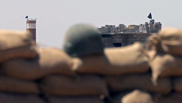 Флаги ИГИЛ на их базе в селе Сулайман Бек, Ирак