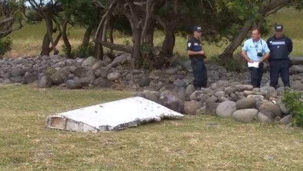 Эксперты на Реюньоне осмотрели обломок, похожий на фрагмент пропавшего MH370