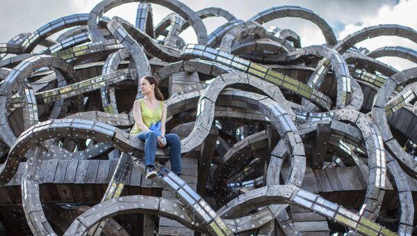 Девушка у арт-объекта Николая Полисского Вселенский разум на фестивале ландшафтных объектов Архстояние