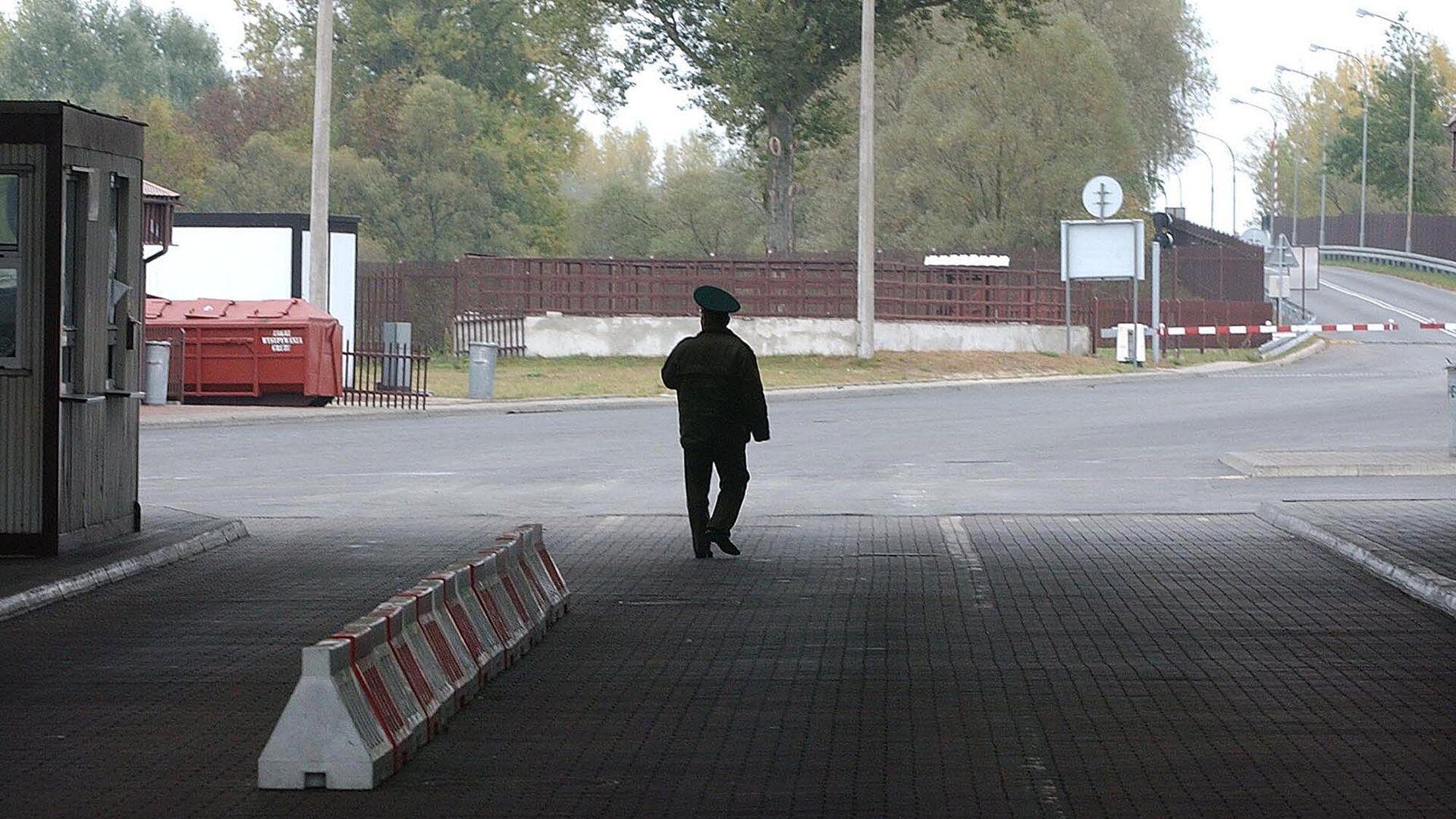 Пограничник на границе между Белоруссией и Польшей - РИА Новости, 1920, 18.09.2020
