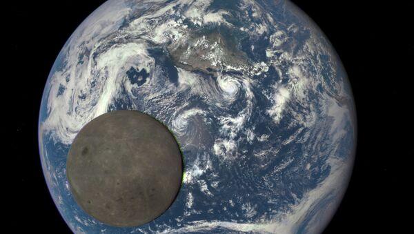 Снимок Луны на фоне Земли, сделанный с помощью космического аппарата Deep Space Climate Observatory (DSCOVR). Архивное фото