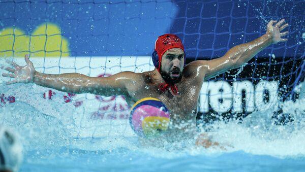 Вратарь сборной США Мэррилл Мозес в матче по водному поло среди мужчин на XVI чемпионате мира по водным видам спорта в Казани
