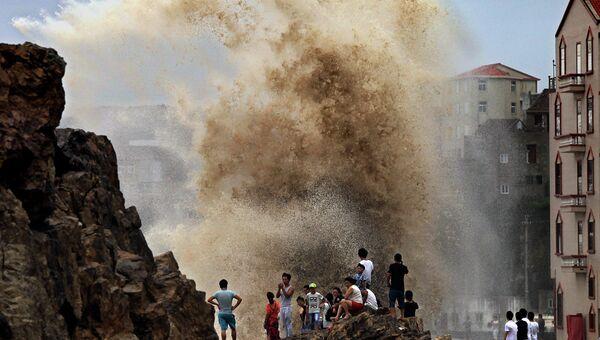 Жители провинции в Китае наблюдают за огромными волнами, вызванными тайфуном. Август 2015
