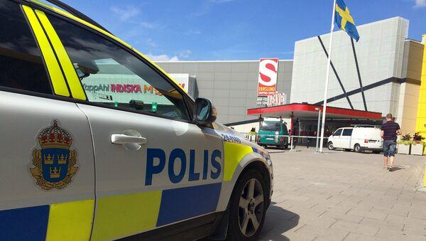 Полиция возле магазина IKEA, в шведском городе Вестерос на который было совершено нападение