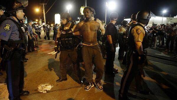 Полиция проводит задержания во время протеста в городе Фергюсон, США. 10 августа 2015.