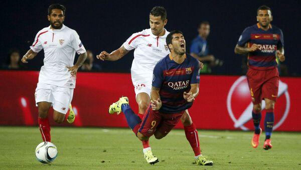 Матч между футбольными командами Барселона и Севилья в финале Суперкубка УЕФА