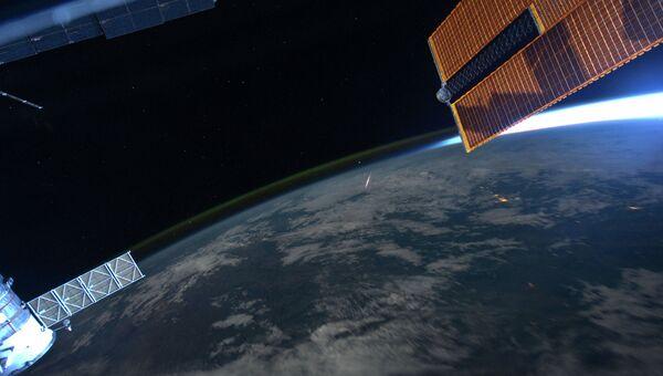 Вид на метеоритный дождь Персеиды с борта МКС. Архивное фото