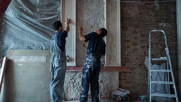 Рабочие во время реставрации дворца в Санкт-Петербурге. Архивное фото