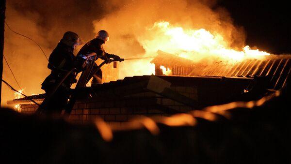 Пожарные тушат дом. Архивное фото