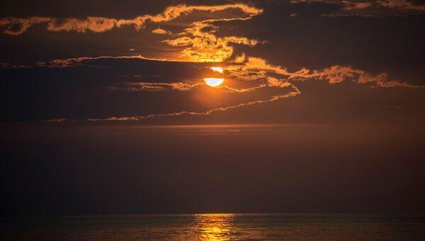 Закат над Безымянной бухтой на озере Байкал. Архивное фото