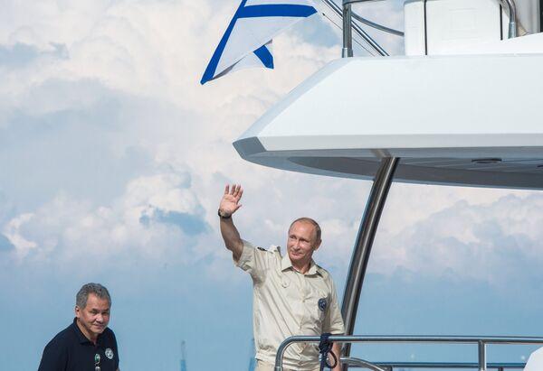 Президент России Владимир Путин (справа) после своего участия в подводной экспедиции на дно Черного моря у берегов Севастополя