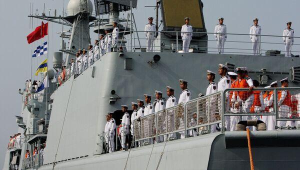 Военные моряки эсминца Шеньян, прибывшего в составе отряда из семи кораблей ВМС Китая для участия во втором этапе учений Морское взаимодействие - 2015