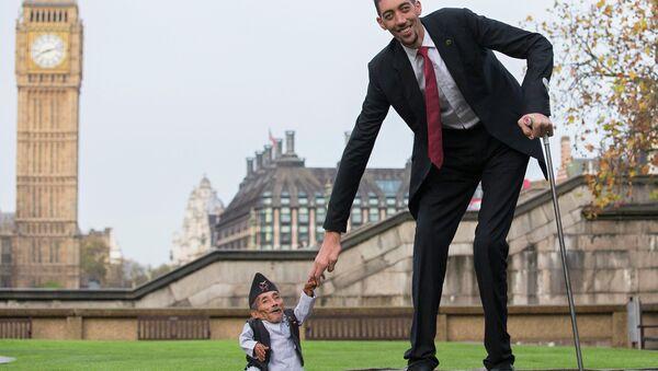 Самый низкий человек в мире Чандра Бахадур Данги и самый высокий человек в мире Султан Косен в Лондоне. Архивное фото