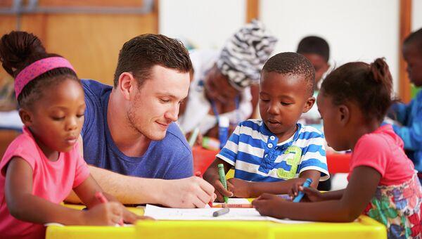 Волонтер проводит занятия с детьми