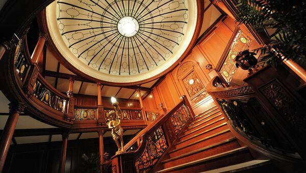 Реплика парадной лестницы из затонувшего Титаника в Музее Искусства и Науки в Сингапуре