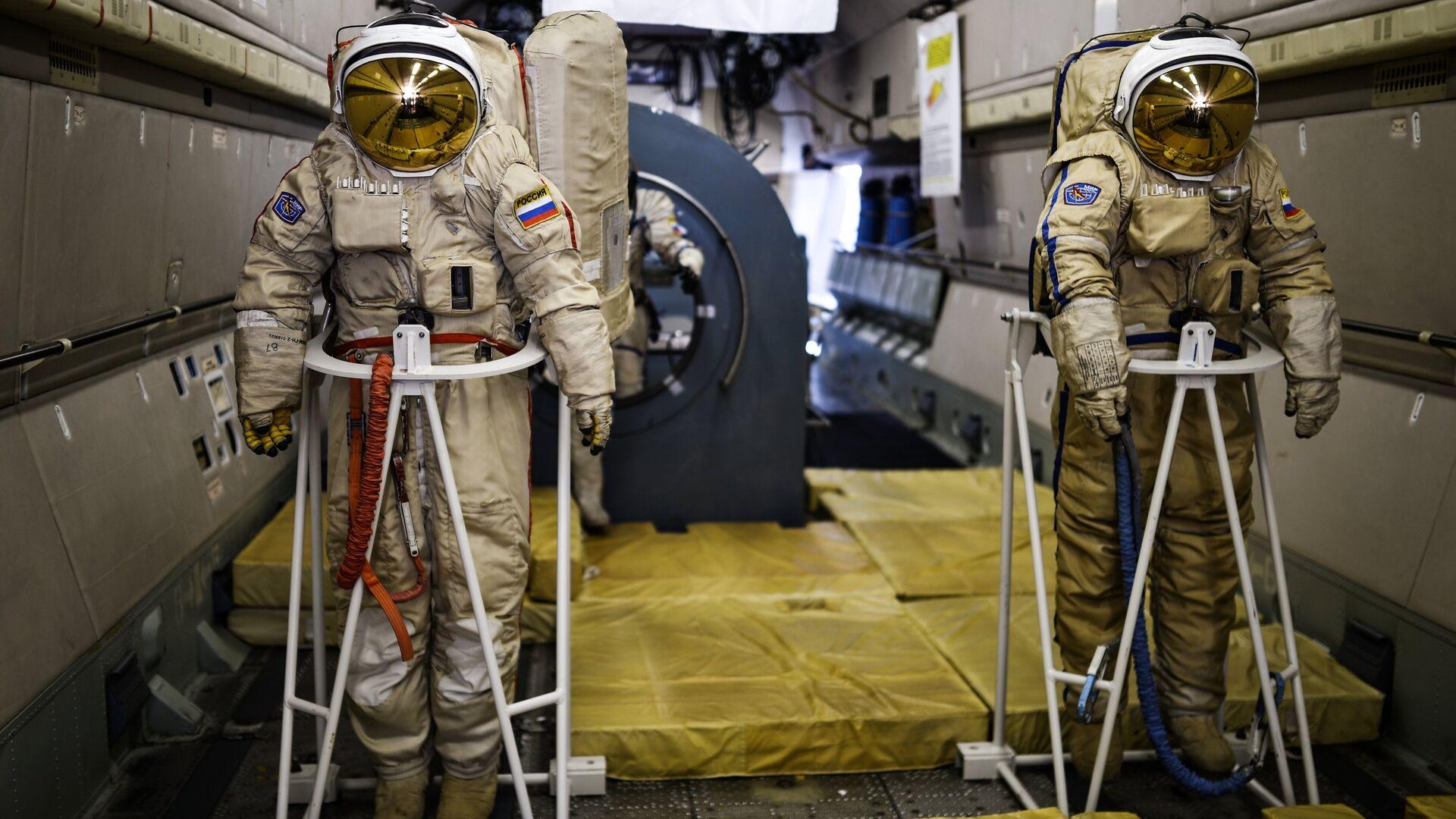 Тренажеры в салоне самолета ИЛ-76 МДК, предназначенного для подготовки космонавтов, представлены на открытии Международного авиационно-космического салона МАКС-2015 - РИА Новости, 1920, 07.01.2021