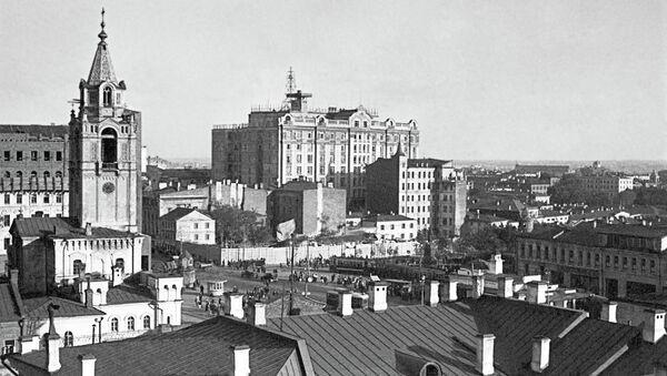 Колокольня Страстного монастыря (слева). Архивное фото