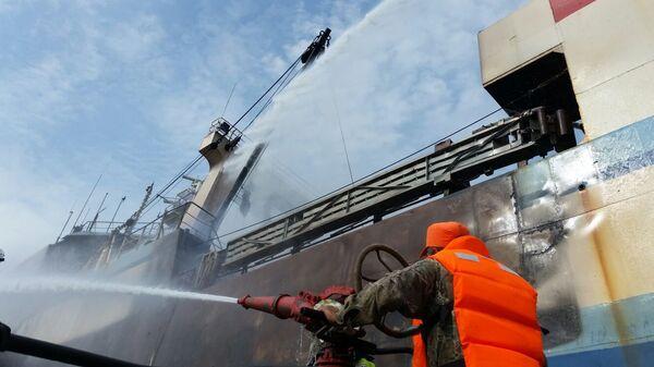 Тушение пожара на рыболовецком траулере
