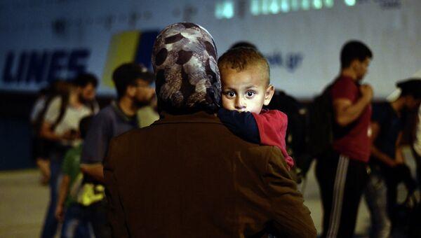 Беженцы покидают в порту Пирей, Греция. Архивное фото