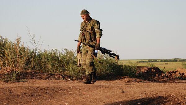 Боец 1-ой Славянской бригады ополчения ДНР на позиции у линии соприкосновения с ВСУ. Архивное фото