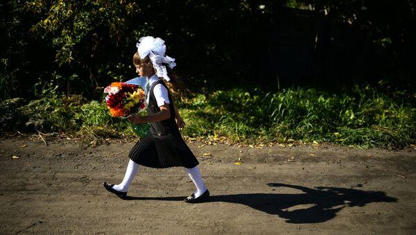 Девочка идёт в школу в селе Новолуговое Новосибирской области