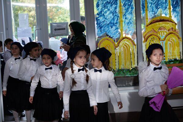 Ученики перед началом уроков в День знаний в гимназии №12 в Грозном
