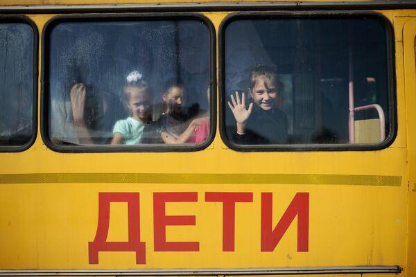Дети едут на торжественную линейку, посвященную Дню знаний, в село Новолуговое Новосибирской области