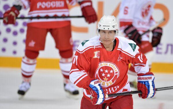 Владимир Путин во время хоккейного матча с воспитанниками образовательного центра Сириус в Сочи