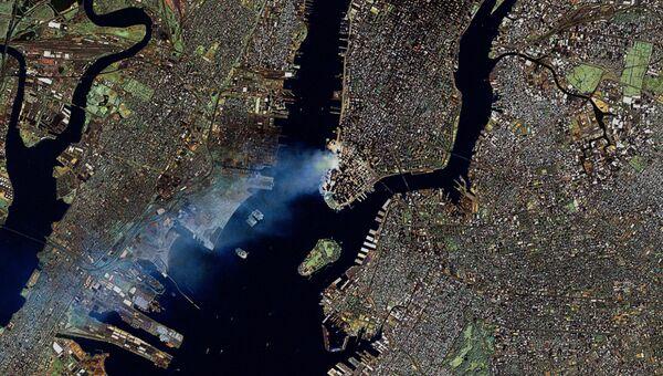Дым над Манхеттеном после теракта 11 сентября 2001 года в Нью-Йорке