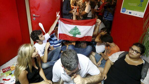 Протестующие у здания министерства экологии в Бейруте