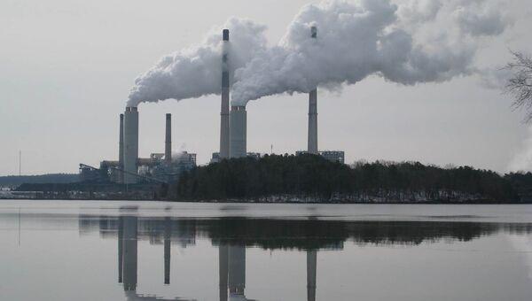 Угольная ТЭС в Северной Каролине и пруд, куда сбрасывается пепел