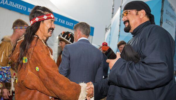 Стивен Сигал во время посещения проекта Улица Дальнего Востока во Владивостоке. Архивное фото